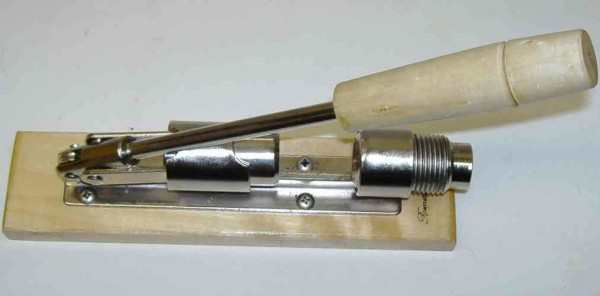 Hebel- Nußknacker aus Edelstahl auf Holzfuß